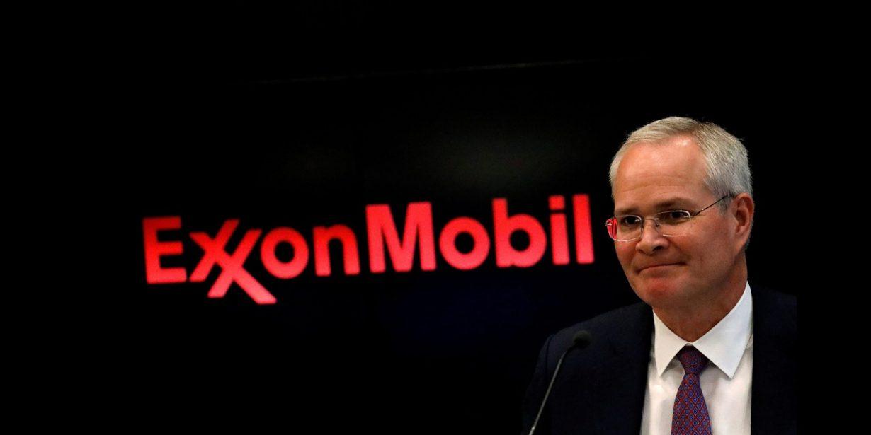 Exxon-CEO Darren Woods vor seinem Firmenlogo