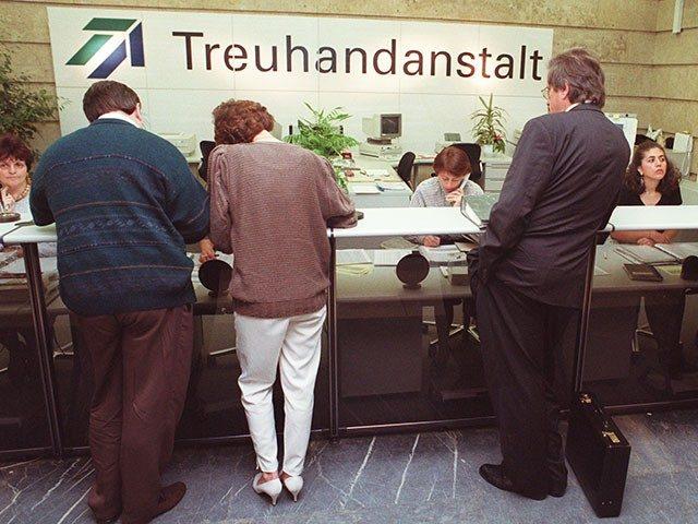 Älteres Bild aus der Treuhandanstalt mit mehreren Personen am Tresen der Rezeption