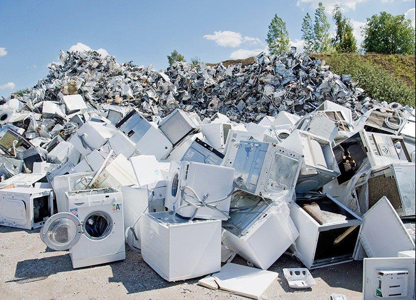 Bild zeigt eine große Müllhalde mit Bergen von Elektroschrott.