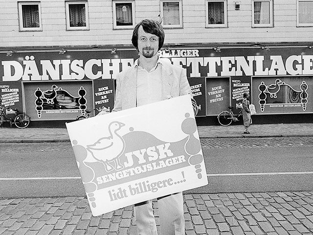 Mann mit JYSK-Schild