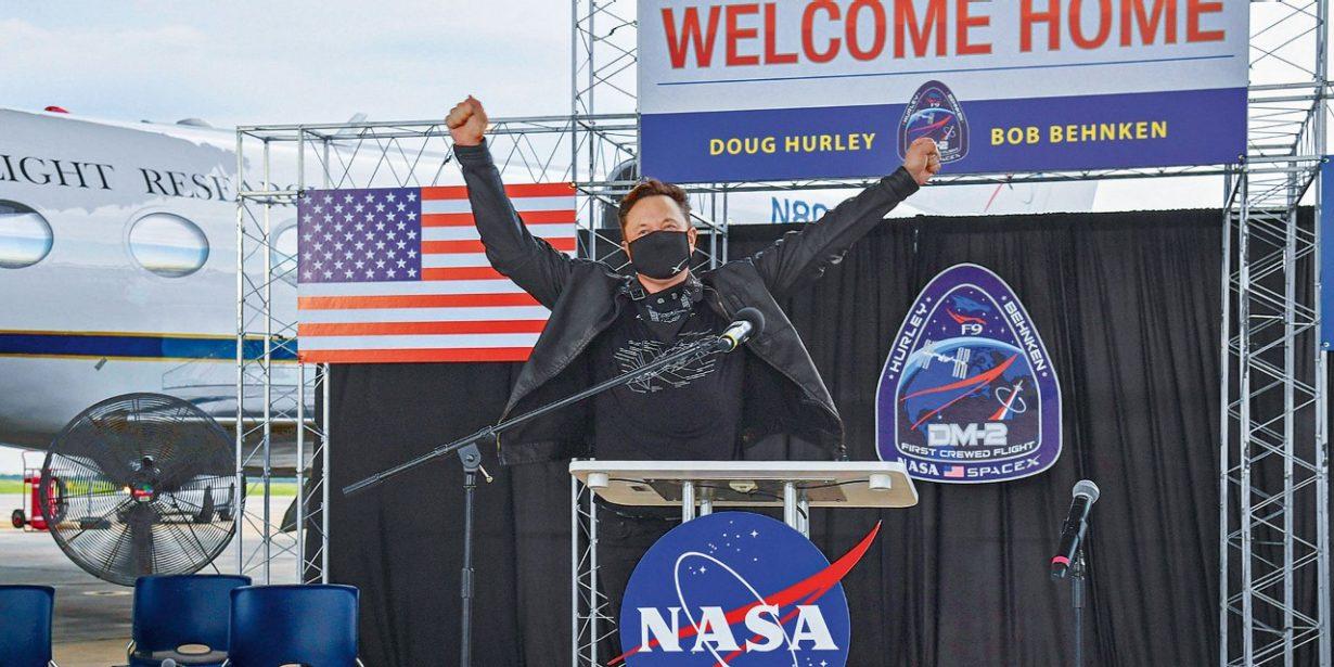 Elon Musk auf Bühne am Jubeln